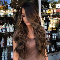 Y extra largo con destellos dorados y chocolates. | 16 Looks de cabello que serán tendencia en 2017 y puedes tener ya
