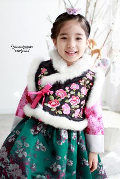 Little girl 한복 Hanbok / Traditional Korean dress Korean Traditional Dress, Traditional Fashion, Traditional Dresses, Traditional Ideas, Korean Hanbok, Korean Dress, Korean Outfits, Oriental Fashion, Ethnic Fashion