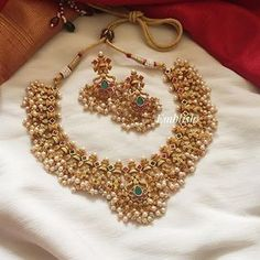 Ultimate 35 Gold Necklace Designs Images Of This Year Indian Jewelry Sets, India Jewelry, Indian Gold Jewellery, Temple Jewellery, Turquoise Jewelry, Gold Jewelry, Jewelry Necklaces, Jewellery Earrings, Dainty Jewelry