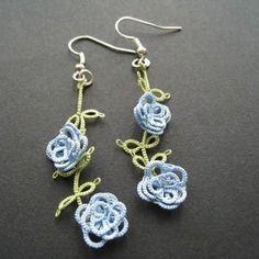 Boucles d'oreille en frivolité, petites roses bleues