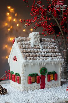 Gingerbread house step by step. Recipe and template, food photography by Candy Company Gingerbread House Designs, Christmas Cake Designs, Christmas Gingerbread House, Christmas Table Decorations, Christmas Cookies, Cookie Cottage, Christmas Time, Christmas Crafts, Candy Companies