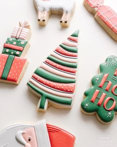 These cookies featured on by are giving us so many great ideas for holiday dessert time! Are you a cookie person or a cake/pie person? Christmas Tree Cookies, Iced Cookies, Christmas Sweets, Royal Icing Cookies, Noel Christmas, Holiday Cookies, Christmas Baking, Snowflake Cookies, Fancy Cookies