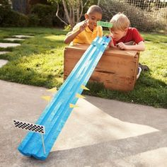 Halbiere eine Poolnudel und verwandel sie in eine Racebahn für Autos oder Murmeln etc