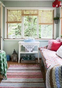 daybed in a beautiful porch/sunroom Scandinavian Cottage, Cozy Cottage, Cottage Style, Lakeside Cottage, Cottage Hallway, Bedroom Reading Nooks, Sleeping Porch, Cozy Nook, Decoration