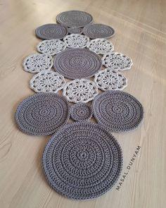 Hayırlı akşamlar 💗💗 . . Bu güzelliği buraya bırakıp kaçıyorum çünkü sen anlat karadeniz zamanı 😍  Sipariş i Crochet Table Mat, Crochet Table Runner Pattern, Crochet Tablecloth, Crochet Doilies, Crochet Flowers, Filet Crochet, Hand Crochet, Crochet Lace, Crochet Cushions