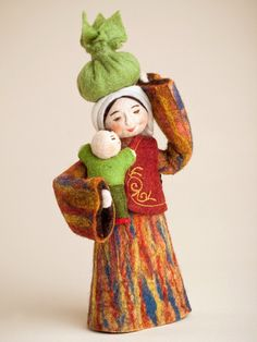 These dolls depict a traditional scene from southern Kyrgyzstan of a young married woman carrying her baby and products home from the market. They are dressed in traditional Kyrgyz cloth. Wet Felting, Needle Felting, Felt Kids, Clothespin Dolls, Baby Head, Waldorf Dolls, Felt Dolls, Felt Art, Felt Crafts