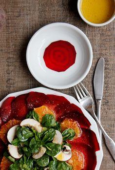 Das Wintergemüse ist vielseitig und auch eine leckere Vorspeise: Rote-Bete-Carpaccio kombiniert die erdige Knolle mit fruchtig-süßer Orange.