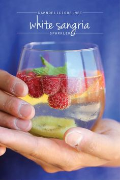 White Sangria Sparkler - A refreshing, bubbly sangria loaded with tons of gorgeous fruity goodness. And it takes 5 min to put together! Fait pour la baby shower de Manny et Lilliams Best Sangria Recipe, Sangria Recipes, Cocktail Recipes, Drink Recipes, Non Alcoholic Drinks, Cocktails, Cocktail Drinks, Party Drinks, Fun Drinks