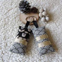 2 porte-clés en tissus japonais imprimé fleurs et vagues japonaises en noir, doré et gris foncé : Porte clés par nymeria-creation