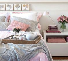 Para criar esta bela atmosfera de aconchego, Lindamar Elias decorou este quarto de casal com peças de décor e jogo de cama no tom de quartzo rosa