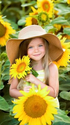 Little Girl Photography, Children Photography Poses, Toddler Photography, Portrait Photography, Sunflower Field Pictures, Sunflower Field Photography, Baby Girl Images, Family Picture Outfits, Sunflower Fields