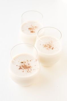 You just need 10 minutes to make this simple vegan eggnog, which is so creamy, sweet and tasty. It's the perfect Christmas or Thanksgiving drink! Vegan Thanksgiving Dishes, Vegan Dishes, Vegan Desserts, Vegan Recipes, Drink Recipes, Canned Coconut Milk, Vegan Christmas, Vegan Blogs, Holiday Recipes