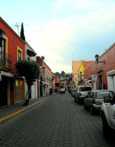 Las callecitas de #Tlaxcala conservan su colorido más elegantes para apreciarlo en las mejores caminatas. Tradicionales pueblos que puedes conocer en #Mexico.