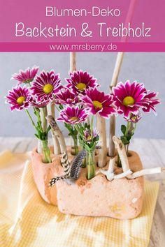 DIY Idee für maritime Beach Dekoration aus einem Backstein, Treibholz und Blumen in Reagenzgläsern. Diese und mehr DIY Ideen findet ihr auf www.mrsberry.de