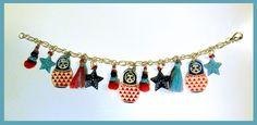 Bracelet breloques poupées russe rouges et bleues : Bracelet par il-etait-une-fois-trois-petits-cailloux