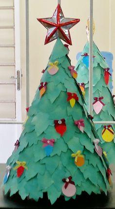 Árvore de Natal com papelão, jornal e papel sulfite A4