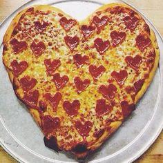 Czy ktoś powiedział, że musimy wychodzić z ukochanym do eleganckiej i drogiej restauracji aby Dzień Zakochanych był udany? Wcale nie! Same możemy zrobić dla niego w domu pyszną kolację. Pizzą w kształcie serca na pewno dotrzemy do jego serca, bo przecież droga do niego prowadzi przez żołądek - czyż nie?  #PANDORAvalentinescontest