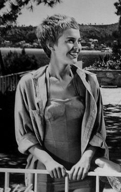 Vintage Hairstyles Retro Jean Seberg, again and again. - If you're attending a party which demands you to dress like the women then these hairstyles are definitely there to help you. Jean Seberg, Retro Hairstyles, Pixie Hairstyles, Pixie Haircut, Shorts Vintage, Short Hair Cuts, Short Hair Styles, Pixie Cuts, Vintage Short Hair