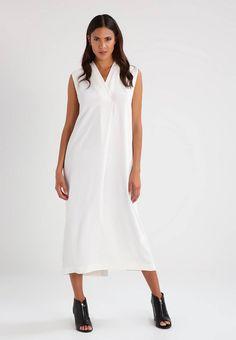 Whyred. LIONETTE - Fotsid kjole - off white. Ermelengde:Uten ermer. Lengde:ankellang. Totallengde:129 cm i størrelse 36. Overmateriale:100% polyester. Mønster:ensfarget. Passform:normal. Hals/utringning:omslag. Modellhøyde:Modellen er 178 cm ...