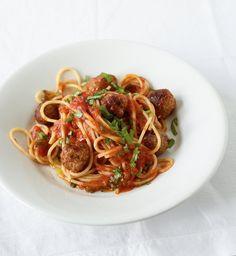 Die fruchtige Tomatensauce passt perfekt zu den herzhaften Hackbällchen. Mit Spaghetti einfach der Hit!