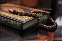 The holy quran with tasbih/rosary beads Premium Photo Construction Wallpaper, Islamic Wallpaper Hd, Muslim Images, Quran Pak, Learn Quran, Quran Quotes Love, Still Life Photos, Happy Eid, Rosary Beads
