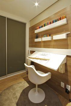 Estudante de arquitetura. 1ª opção: bancada inclinada fixa a parede, com nichos para suporte de materiais.