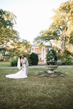 Southern perfection! Elizabeth Looney always captures the style and theme of each wedding with the personality of the couple so perfectly! Click the image to learn more. Photo credit: Elizabeth Looney Photography