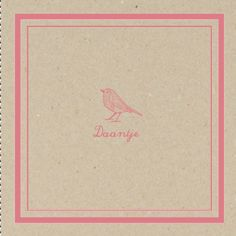 Een vintage geboortekaartje met karton als achtergrond en daarop een subtiel roze kader en vogeltje