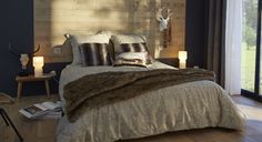 Sur le mur, une belle peinture grise graphite offre un beau contraste avec la tête de lit réalisée en lambris. La chaleur du bois réchauffe le gris. L'ambiance est propice au cocooning. http://www.castorama.fr/store/pages/zoom-sur-peinture-grise-gris-cosy.html