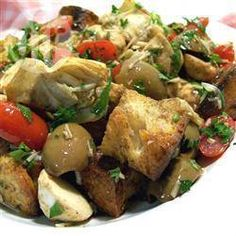 Panzanella - Panzanella ist ein italienischer Brotsalat aus Brotwürfeln, Tomaten, Basilikum, Oliven und Mozzarella. Man kann auch Kapern anstatt Oliven verwenden und anderes Gemüse untermischen. @ de.allrecipes.com
