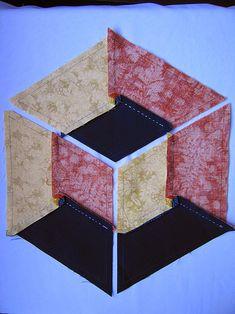 PATCHWORK ARTE EM TECIDOS: CUBO TRIDIMENSIONAL Patchwork Hexagonal, Patchwork Fabric, Fabric Art, Tumbling Blocks Quilt, Quilt Blocks, Quilt Block Patterns, Pattern Blocks, Colchas Quilting, Optical Illusion Quilts