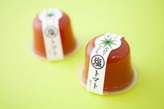 Japanese jelly packaging 塩をふりかけて食べるスタイルの「かけてびっくり塩トマトゼリー」。商品の企画段階からクライアントさんと一緒に試作を進め、最終的にまでデザインしました。発売と同時に大ヒット商品となりました。