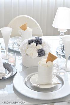 フォト:Table Decorating Ideas / Table Setting Ideas / テーブルコーディネートフラワー&テーブルスタイリング|スタイルのある暮らし It's FLORAL NEW YORK Style ~暮らしをセンスアップするフラワースタイリングで毎日を心豊かに、心地よく~ -10ページ目 Table Setting Inspiration, New York Style, Deco Table, Classic Collection, Flower Designs, Tablescapes, Flower Arrangements, Projects To Try, Table Settings