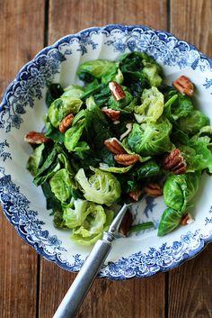 Pinaatti-ruusukaalipannu (2 annosta) 200 g ruusukaaleja, 4 dl tuoretta pinaattia, 1 rkl oliiviöljyä, 1 rkl vaahterasiirappia, 1 rkl valkoviinetikkaa, pekaanipähkinöitä. Leikkaa ruusukaalien kannat pois ja irrota lehdet. Jos pinaatinlehdet ovat suuria, revi ne pienemmäksi. Kuumenna öljy, kuullota ruusukaaleja vajaa minuutti. Lisää siirappi, etikka, pinaatti ja kääntele muutaman kerran kunnes lehdet alkavat pehmetä. Kumoa paistos lautaselle. Ripottele päälle rouhittuja pekaanipähkinöitä.