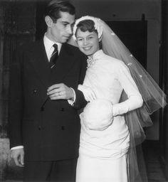 Brigitte Bardot e Roger Vadim, 1952. B.B. aveva 18 anni e i capelli ancora scuri. Paffuta e innocente aveva conquistato il regista a soli 15 anni. I genitori di lei non approvavano ma poi Roger ne fece una star nel 1956 imponendola ai produttori per il film Piace a troppi: il mito era nato.