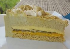 Biscuit mandorle e pistacchio, cremoso mango e passion fruit, cremoso al cioccolato bianco, croccantino, bavarese al pistacchio