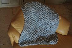 Plaid tricoté avec des aiguilles XXL que jai moi-même fabriquée. point de riz  Grosse laine d'une qualité exceptionnelle et 100% naturelle du Pérou : ne pique pas, dune légèreté incomparable et extrêmement douce et chaude. laine hypoallergénique. couleur gris clair  taille du plaid : 0,85 m X 0,85 m ( 34 inch X 34 inch) poids : 450 g  Le plaid est livré dans un sac que jai cousu à partir de tissu ancien .  Tout est fait maison : des aiguilles au sac contenant le plaid !  PRIX EXCEPTIONNEL