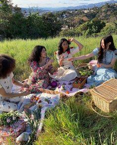 Picnic Date, Summer Picnic, Picnic Blanket, Outdoor Blanket, Strawberry Picking, Luxury Flowers, Teenage Dream, Summer Aesthetic, Summer Feeling