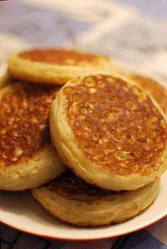 Crumpets (using cake and bread flours, plus 1 egg. may be how to effectively achieve those holes which I have yet to accomplish with other recipes using regular flour and no egg. Might also be a yeast quality issue. Breakfast Crumpets, Tea And Crumpets, Bread Recipes, Snack Recipes, Cooking Recipes, Homemade Crumpets, Crumpet Recipe, Bread Oven, Sweets
