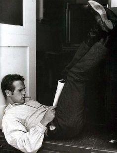 Paul Newman, looks like Matt.or matt looks like a young paul newman ha Classic Hollywood, Old Hollywood, Hollywood Stars, Beautiful Men, Beautiful People, Perfect People, Beautiful Person, Perfect Man, People Reading