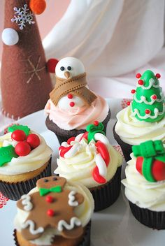 Ideas for Christmas Cupcakes! Just bake your favourite recipe and top with any of these cute Christmas Ideas. Great inspiration for Christmas Cupcakes, great ideas! Christmas Sweets, Christmas Cooking, Noel Christmas, Christmas Goodies, Christmas Decorations, Christmas Shopping, Christmas Presents, Xmas, Holiday Cupcakes