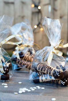 Kransekakestenger pyntet med sjokolade og strøssel er populær både på kakebordet og som julegave. Ikke rart at kransekakestenger er en julefavoritt!