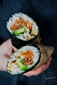 Sushiburrito on yhdistelmä japanilaista sushia ja meksikolaisia makuja. Sushista tuttuja tuoreita aineksia kääritään yhdeksi jättimäiseksi ja rapsakaksi sushiburritoksi merilevän sisääneli käytännössä läskiksi maistuvaksi sushirullaksi. Now what's better than that! Sushiburritoonleikin asia, joten unohdetaan kurinalainen japanilainen keittiö.Sushiburriton sisään voi laittaa vaikka mangoa, chipotlemajoneesia, korianteria, kanaa, kalaa, lihaa, tofua, guacamolea, nachoja, pikkelöityjä…