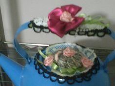 Muitas flores de fitas de sedas com rendas combinacao perfeita