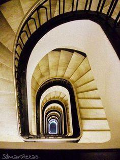 Escaleras interiores de la sede de Laboral kutxa en el Arenal, Bilbao. Durante la Celebración de la Recepción de Laboral Kutxa