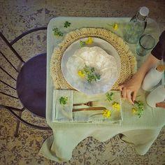 Hora de comer y ya con ganas de mesas primaverales... Aunque viene frío (Marzo es así) no nos importa .  -  #lospeñotes #jardinoterapia #hygge #greenery #homestyle #picoftheday #photooftheday #athome #encasa #estilismo #homedeco #deco #decoración #decoration #decoblog #blogger #lifestyle #lifestylebloggers #lunchtime #details #detalle