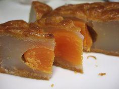 Moon Cake for Mid Autumn Festival.  仲秋月餅のひとつ。白ハスの実を使った塩漬けしたアヒルの卵入り月餅。これは本物!なかなか仲秋月餅に出会えない。この季節のもの。     Chinese Moon Cakes are delicious!