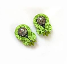 Paper Quilling Earrings, Soutache Earrings, Clay Earrings, Wedding Hair Flowers, Flowers In Hair, Earring Cards, Button Crafts, Diy Accessories, Jewelry Patterns