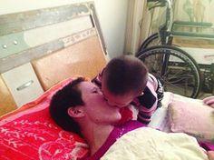 Mãe paralítica é alimentada por comida mastigada pelo filho de 2 anos