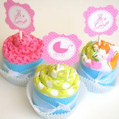 DIY Burp Cloth Cupcakes. Cute idea for the next baby shower i go to :-)